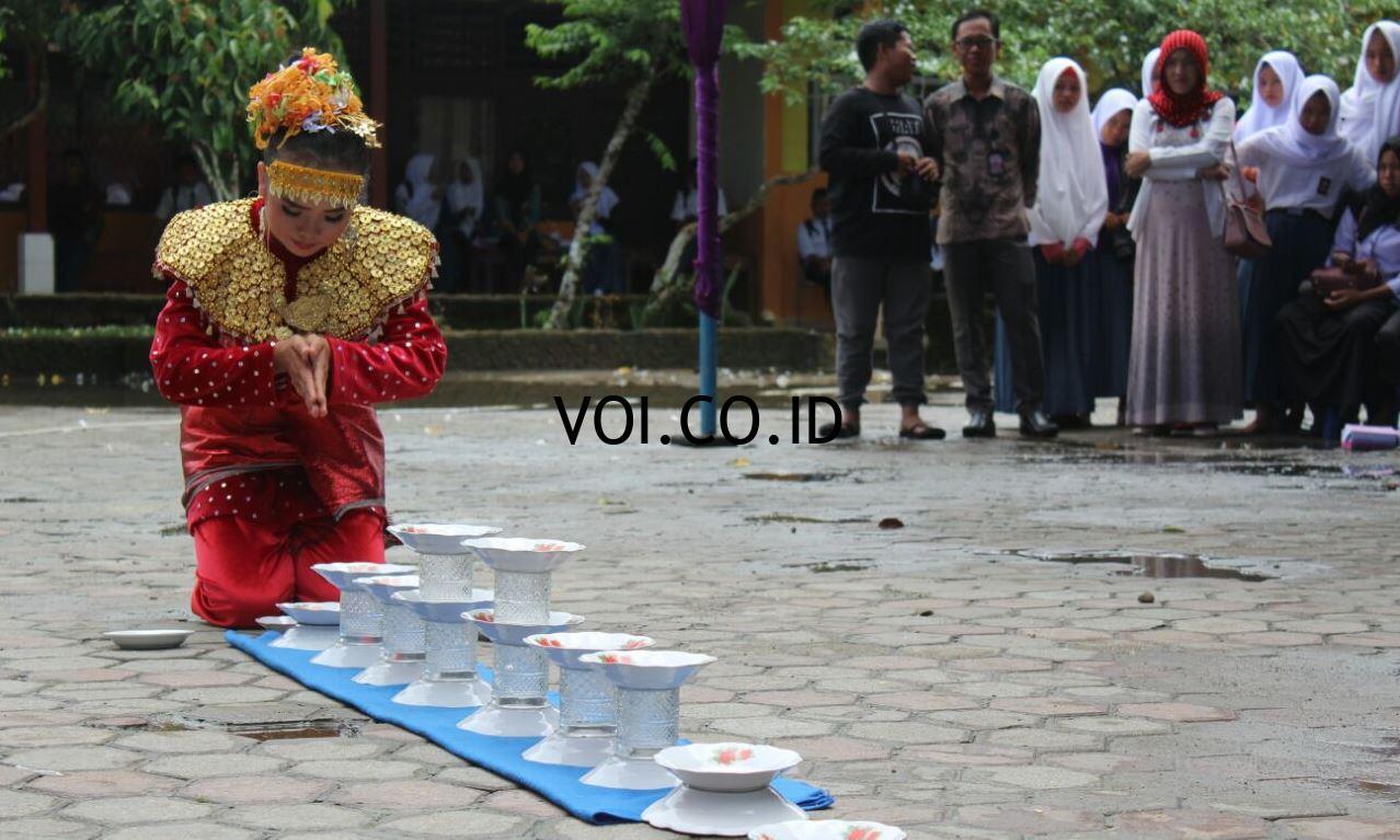 Contoh-Seni-Budaya-Nusantara-Indonesia-Tari-Piring-Gelas